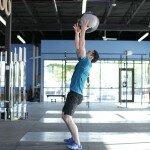 Бросание медицинского мяча за спину с максимальным усилием